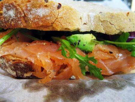 現地で絶対食べたいおすすめオランダ料理11選!サーモンサンドイッチ