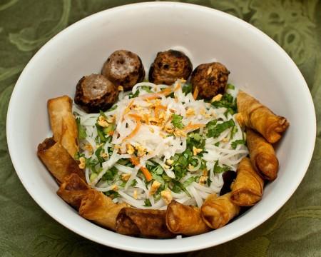 現地で絶対食べたいおすすめベトナム料理10選!ブン チャー