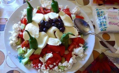 ヨーグルトだけじゃない!現地で絶対食べたいおすすめブルガリア料理10選!ショプスカ・サラタ